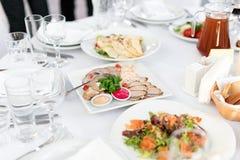 Πίνακας εστιατορίων με τα τρόφιμα Νόστιμα ορεκτικά, σαλάτες Διαφορετικά γεύματα για τους φιλοξενουμένους στο γαμήλιο πίνακα Στοκ εικόνες με δικαίωμα ελεύθερης χρήσης