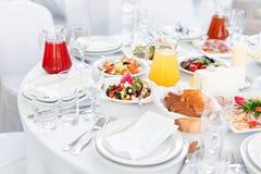 Πίνακας εστιατορίων με τα τρόφιμα Νόστιμα ορεκτικά, σαλάτες Διαφορετικά γεύματα για τους φιλοξενουμένους στο γαμήλιο πίνακα Στοκ Φωτογραφία