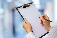 Πίνακας ελέγχου στα χέρια μιας επιχειρηματία στοκ εικόνες
