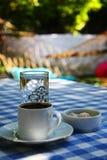 Πίνακας κήπων με τον τουρκικούς καφέ και το νερό Στοκ Εικόνα