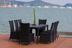 Πίνακας και έδρες με μια όμορφη όψη θάλασσας, Ταϊλάνδη. Στοκ Εικόνες