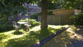 Πίνακας και έδρες κάτω από το δέντρο Στοκ Φωτογραφίες