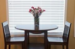 Πίνακας και έδρες τραπεζαρίας στοκ φωτογραφία