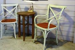 Πίνακας και καρέκλες καθορισμένοι Στοκ εικόνες με δικαίωμα ελεύθερης χρήσης