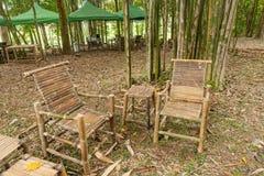 Πίνακας και καρέκλες μπαμπού στον κήπο Στοκ φωτογραφίες με δικαίωμα ελεύθερης χρήσης
