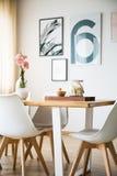 Πίνακας και καρέκλες σε ένα δωμάτιο στοκ φωτογραφίες με δικαίωμα ελεύθερης χρήσης