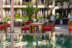 Πίνακας και καρέκλες στην τροπική πισίνα καφέδων πλησίον, Ταϊλάνδη Στοκ φωτογραφίες με δικαίωμα ελεύθερης χρήσης