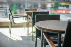 πίνακας και καρέκλα στο πεζούλι Στοκ φωτογραφίες με δικαίωμα ελεύθερης χρήσης