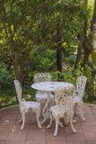 Πίνακας και καρέκλες κήπων Στοκ φωτογραφία με δικαίωμα ελεύθερης χρήσης
