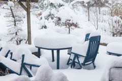 Πίνακας και καρέκλες σε ένα πεζούλι το χειμώνα που καλύπτεται με πολύ το ο Στοκ φωτογραφία με δικαίωμα ελεύθερης χρήσης