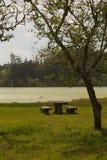 Πίνακας και πάγκοι από τη λίμνη Στοκ Εικόνα