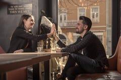 Πίνακας καταστημάτων συνεδρίασης ανδρών γυναικών caffe, Στοκ εικόνες με δικαίωμα ελεύθερης χρήσης