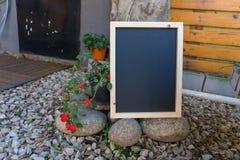 Πίνακας κιμωλίας έτοιμος για τη χλεύη επάνω στοκ εικόνα με δικαίωμα ελεύθερης χρήσης