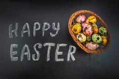 Πίνακας κιμωλίας ευτυχές Πάσχα κιμωλίας σε έναν πίνακα κιμωλίας και ζωηρόχρωμα αυγά Στοκ Φωτογραφίες