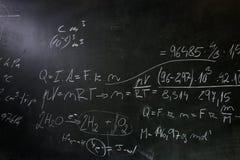 Πίνακας/πίνακας κιμωλίας κατά τη διάρκεια της κατηγορίας math Στοκ Εικόνες