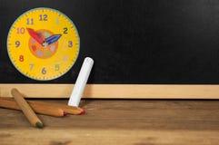 Πίνακας κιμωλίας με την κιμωλία και τα μολύβια στοκ εικόνες