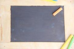 Πίνακας κιμωλίας για το διάστημα αντιγράφων με τα ζωηρόχρωμα κομμάτια της κιμωλίας Στοκ εικόνα με δικαίωμα ελεύθερης χρήσης