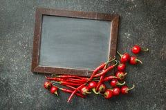 Πίνακας κιμωλίας και κόκκινα πιπέρια τσίλι Στοκ εικόνες με δικαίωμα ελεύθερης χρήσης