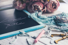 Πίνακας κιμωλίας με την αγάπη εσείς επιγραφή και μερικές διακοσμήσεις Στοκ εικόνα με δικαίωμα ελεύθερης χρήσης