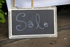 Πίνακας κιμωλίας με την ΠΩΛΗΣΗ λέξης που γράφεται στο πρόσωπο από το στοκ εικόνα