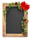 Πίνακας κιμωλίας με τη διακόσμηση Χριστουγέννων και το κόκκινο τόξο κορδελλών Στοκ εικόνες με δικαίωμα ελεύθερης χρήσης