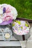 Πίνακας κομμάτων κήπων: κιβώτιο των γλυκών και ανθοδέσμη των λουλουδιών στοκ φωτογραφία με δικαίωμα ελεύθερης χρήσης