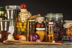 Πίνακας κουζινών και μαγειρεύοντας συστατικά Λαχανικά και εργαλεία κουζινών Συνταγή για τα υγιή τρόφιμα Διαφημιστικός για το σπίτ Στοκ Εικόνα