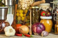 Πίνακας κουζινών και μαγειρεύοντας συστατικά Λαχανικά και εργαλεία κουζινών Συνταγή για τα υγιή τρόφιμα Διαφημιστικός για το σπίτ Στοκ φωτογραφίες με δικαίωμα ελεύθερης χρήσης