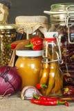 Πίνακας κουζινών και μαγειρεύοντας συστατικά Λαχανικά και εργαλεία κουζινών Συνταγή για τα υγιή τρόφιμα Διαφημιστικός για το σπίτ Στοκ φωτογραφία με δικαίωμα ελεύθερης χρήσης