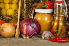 Πίνακας κουζινών και μαγειρεύοντας συστατικά Λαχανικά και εργαλεία κουζινών Συνταγή για τα υγιή τρόφιμα Διαφημιστικός για το σπίτ Στοκ Φωτογραφίες