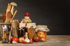 Πίνακας κουζινών και μαγειρεύοντας συστατικά Λαχανικά και εργαλεία κουζινών Συνταγή για τα υγιή τρόφιμα Διαφημιστικός για το σπίτ Στοκ Εικόνες