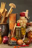 Πίνακας κουζινών και μαγειρεύοντας συστατικά Λαχανικά και εργαλεία κουζινών Συνταγή για τα υγιή τρόφιμα Διαφημιστικός για το σπίτ Στοκ εικόνα με δικαίωμα ελεύθερης χρήσης
