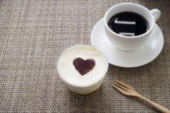 Πίνακας κουζινών με την μπανάνα πιτών και το γλυκό κέικ κρέμας, μαύρος καφές Στοκ Εικόνες