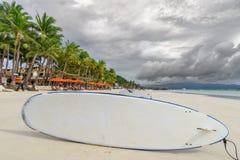 Πίνακας κουπιών στην άσπρη παραλία Boracay Στοκ Εικόνες