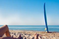 Πίνακας κυματωγών που βάζει στην άμμο κοντά στη θάλασσα Στοκ Φωτογραφία