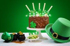 Πίνακας κόμματος ημέρας του ST Patricks με το κέικ σοκολάτας Στοκ Εικόνα