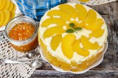 Πίνακας κόμματος με cheesecake ροδάκινων Στοκ εικόνα με δικαίωμα ελεύθερης χρήσης
