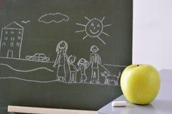 Πίνακας με ένα σχέδιο ενός παιδιού και ενός μήλου Στοκ Εικόνες