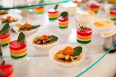 Πίνακας με τα γλυκά, κέικ γενεθλίων, κοκτέιλ, ζύμες Στοκ φωτογραφία με δικαίωμα ελεύθερης χρήσης