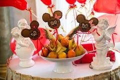 Πίνακας με τα γλυκά, κέικ γενεθλίων, κοκτέιλ, ζύμες Στοκ Φωτογραφίες