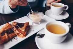 Πίνακας με τα επιδόρπια και το τσάι ο χρόνος του σπασίματος τσαγιού στοκ φωτογραφίες