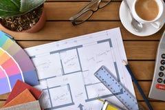 Πίνακας με τα εργαλεία σχεδίων και τα δείγματα μιας κορυφής διακοσμητών Στοκ φωτογραφία με δικαίωμα ελεύθερης χρήσης