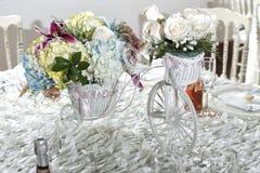 Πίνακας με τα πουλιά ως πίνακα διακοσμήσεων της γαμήλιας διακόσμησης στο κομψό ύφος άσπρο τραπεζομάντιλο, πιάτα γυαλιού και γυαλι στοκ φωτογραφίες