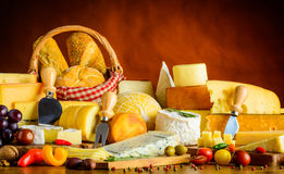 Πίνακας με τα προϊόντα τυριών Στοκ φωτογραφία με δικαίωμα ελεύθερης χρήσης