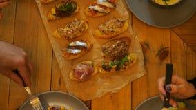 Πίνακας με τα τρόφιμα και τα ποτήρια του χυμού, χέρια της κατανάλωσης των ανθρώπων φιλμ μικρού μήκους