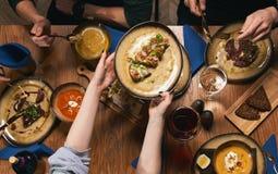 πίνακας με τα τρόφιμα, τοπ άποψη Στοκ φωτογραφίες με δικαίωμα ελεύθερης χρήσης