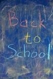 Πίνακας με την επιγραφή πίσω στο σχολείο, που γίνεται με τις ζωηρόχρωμες κιμωλίες Στοκ εικόνες με δικαίωμα ελεύθερης χρήσης