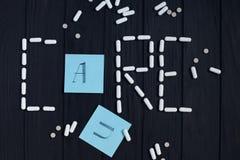 Πίνακας με τις ταμπλέτες, τις κάψες χαπιών και τις κάρτες χρώματος στη μορφή του ασβεστίου Στοκ Φωτογραφίες