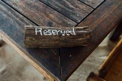 Πίνακας με το σημάδι που διατηρείται στην ξύλινη σανίδα Πίνακας επιφύλαξης στο εστιατόριο Στοκ Εικόνα