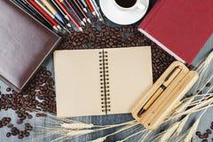 Πίνακας με το σημειωματάριο και τον καφέ Στοκ Εικόνες